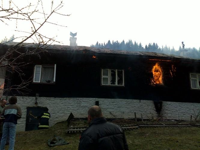 Pozeráš obrázky z galérie: Zásah pri požiari chaty Korňa - 8.4.2009